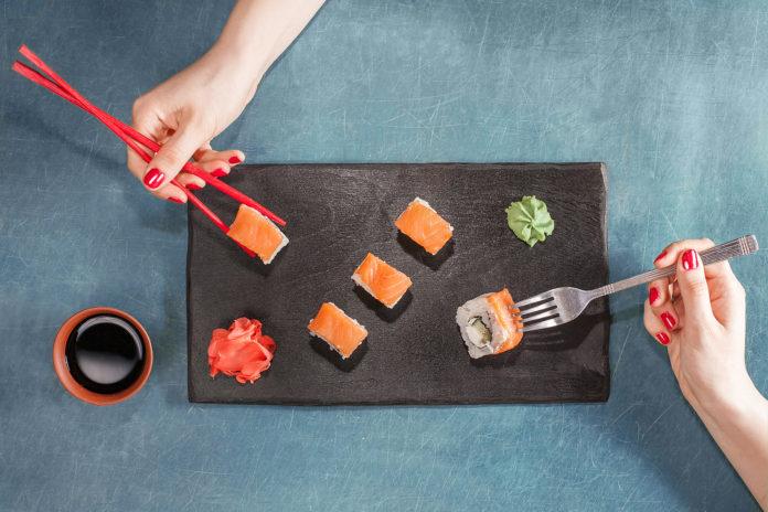 Czego nie robić jedząc sushi?