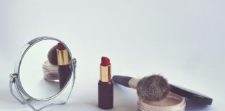 Kosmetyki - puder, szminka