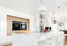 Biała kuchnia z elementami drewna
