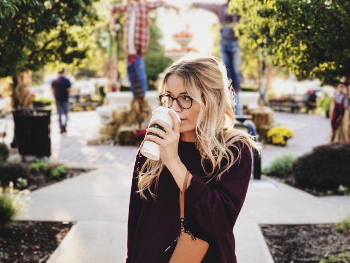 Dziewczyna z kawą w kubku