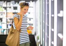 Kobieta kupuje perfumy