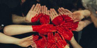 Czerwone serce z ludzkich dłoni