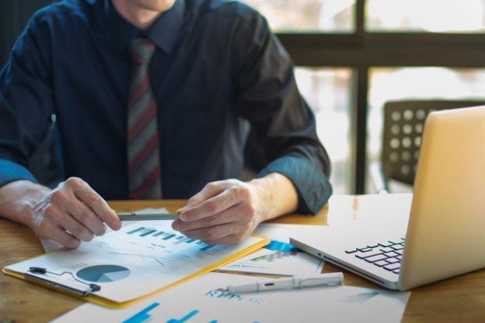 Mężczyzna przegląda oferty pożyczkowe