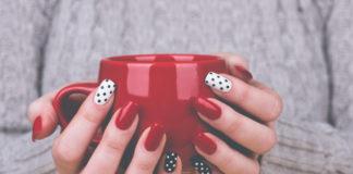 Czerwone paznokcie i filiżanka