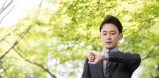 Mężczyzna z zegarkiem na ręku