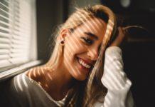 Ładny uśmiech u kobiety