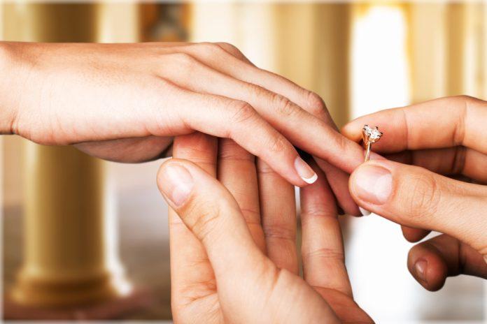 Pierścionek zaręczynowy na palcu
