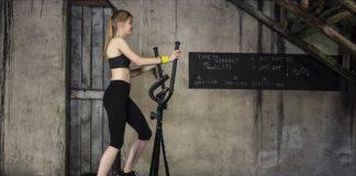 Kobieta cwiczy na orbitreku