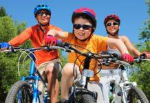 Rodzina podczas jazdy na rowerze