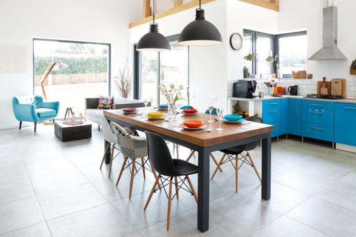Lampy wiszące nad stołem w kuchni