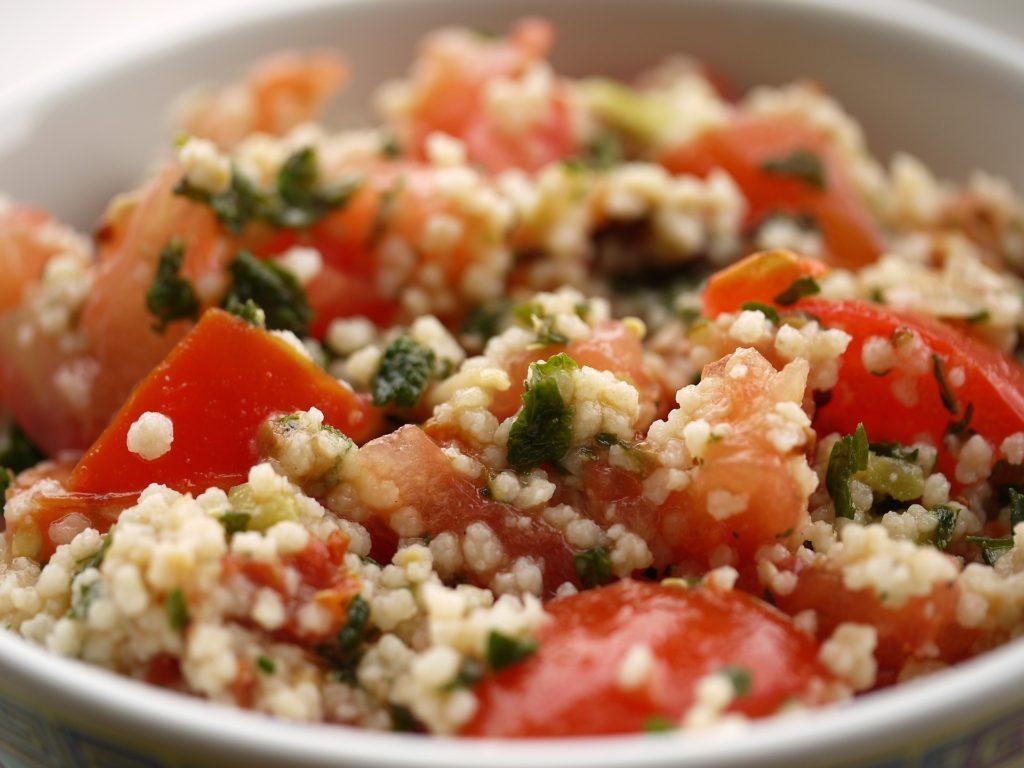 Sałatka z kaszą kuskus, tuńczykiem i warzywami