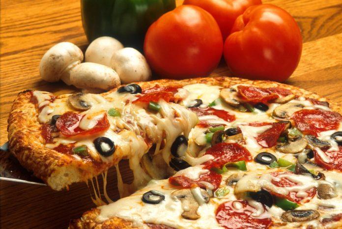 Pizza z dużą ilością sera