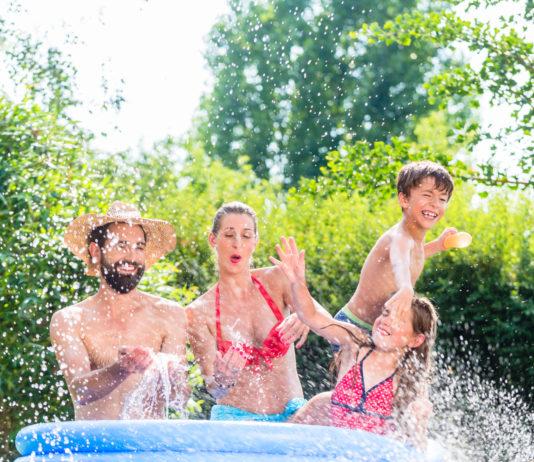 Rodzina podczas zabawy w basenie