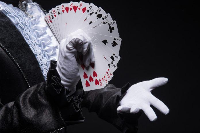 Magik pokazuje karcianą sztuczkę