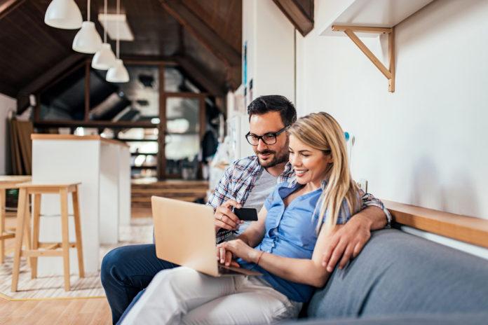 Małżeństwo robi zakupy w sieci