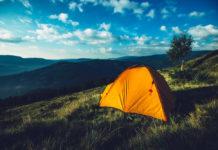 Pomarańczowy namiot w górach
