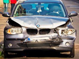 BMW z rozbitym przodem
