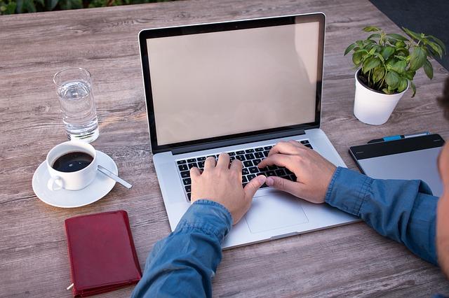 Mężczyzna przed laptopem