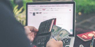 Mężczyzna i pieniądze w portfelu