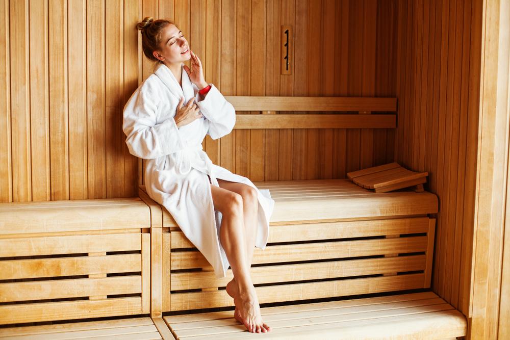 Kobieta podczas wizyty w saunie
