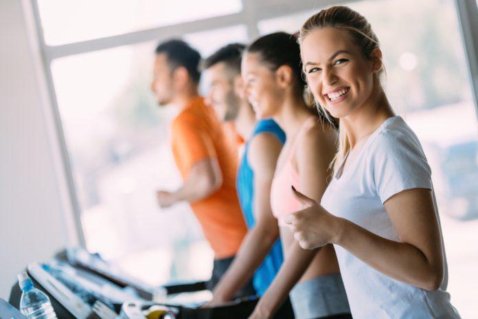 Kobieta w trakcie treningu na bieżni