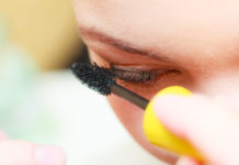 Jak podkreślić oczy z opadającą powieką? Sposoby na optyczne powiększenie oka