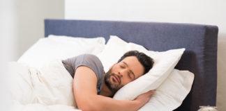 Mężczyzna śpi w łóżku