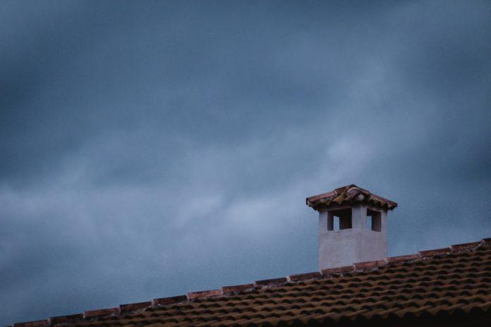 Dach z kominem