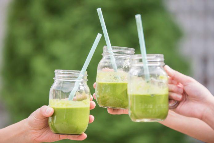 Trzy zdrowe zielone soki warzywne