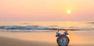 Budzik stoi na plaży