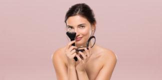 Kobieta z pędzlem do makijażu