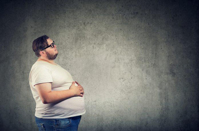Mężczyzna z dużą ilością tłuszczu na brzuchu