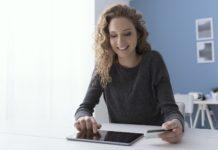 Kobieta dokonuje płatności w internecie