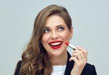 Kobieta z czerwoną szminką