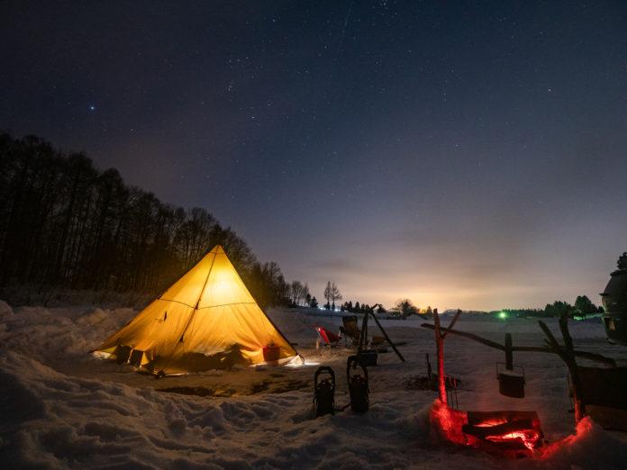 Oświetlony namiot nocą
