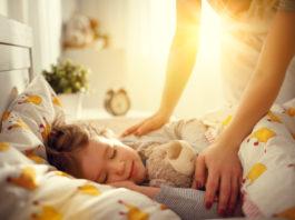 Dziecko budzi się w pościeli