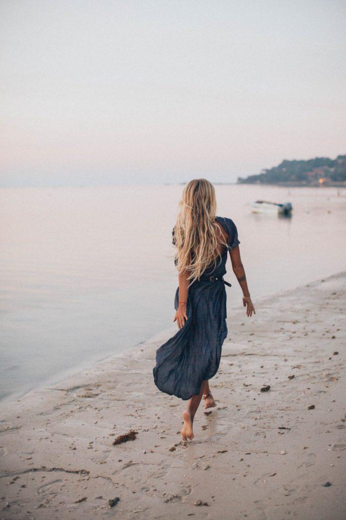Kobieta boso na plaży