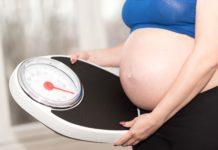 Kobieta w ciąży sprawdza wagę