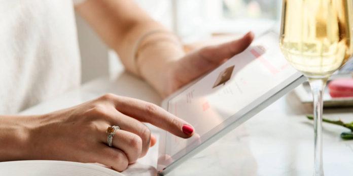 Kobieta zamieszcza ogłoszenie w internecie