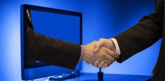 Mężczyzna zawiera umowę przez internet