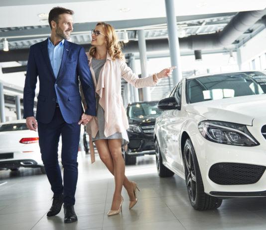 Para podczas zakupu samochodu