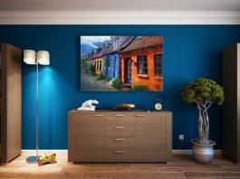 Ciekawy obraz na niebieskiej ścianie