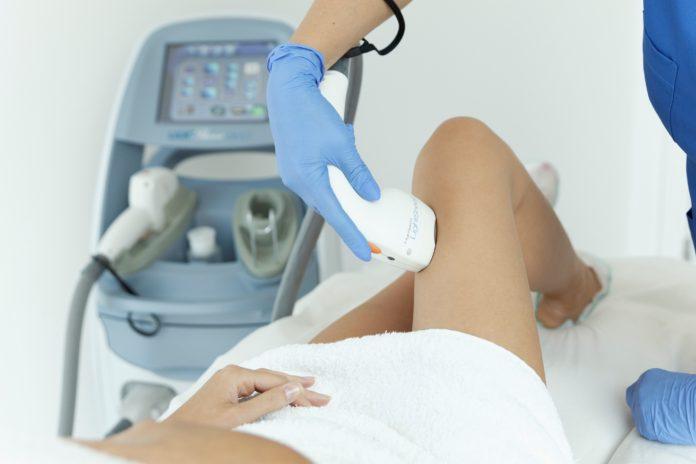 Kobieta podczas depilacji laserowej bikini