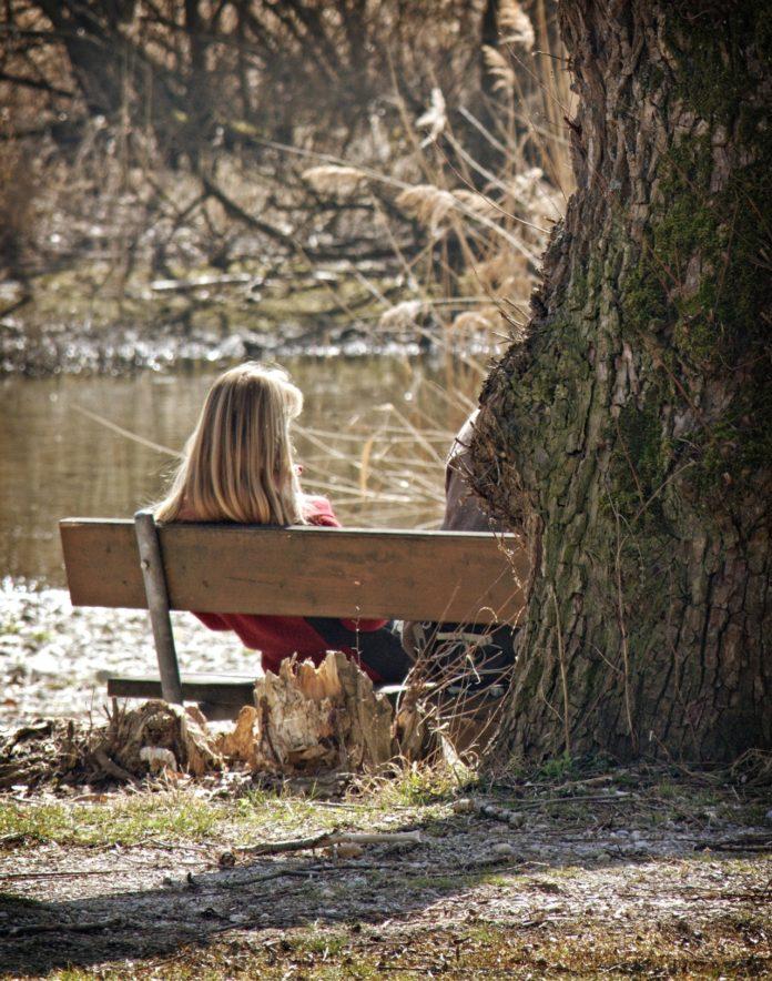 Kobieta w parku na ławce