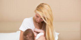 Matka karmi niemowlę piersią