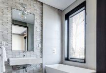 Biała wanna w łazience z oknem