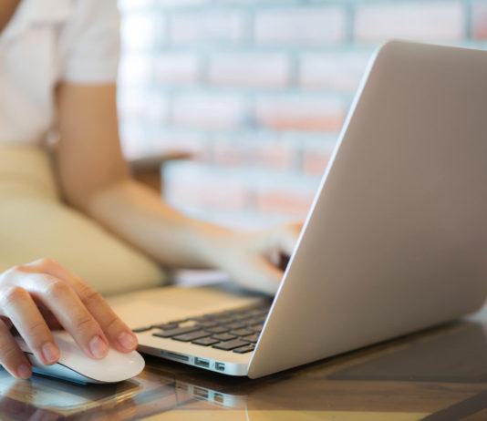 Kobieta w domu pracuje na komputerze