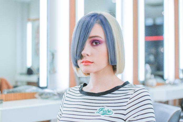 Kobieta w modnej fryzurze