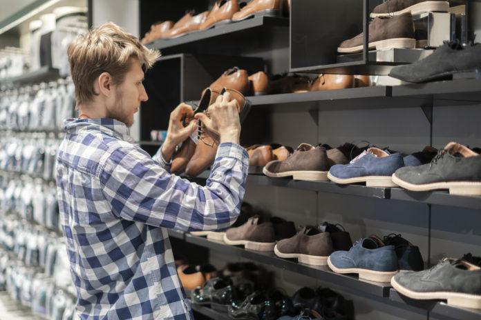 Mężczyzna w sklepie