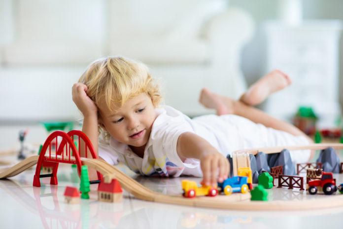 Pięciolatek bawi się zabawkami